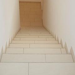 Großformatige Fliesen als Treppenbelag im Wohnraum