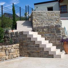 Blocktreppe mit Naturstein Travertin Classico