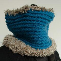 #16 Türkisblau mit Pelzchen. Umfang 62 cm, Höhe 23 cm. Blau: 100% Polyacryl, Pelz: 36% Wolle 34% Polyacryl 20% KidMohair 10% Polyamid     65,-€