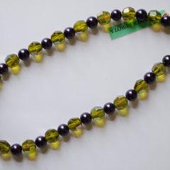 #G3 Halskette Glasperlen grün, facettiert und irisierend & Wachsperlen violett, Messingverschluss, Länge 43 cm     25,-€