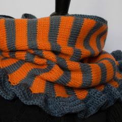 #304 Orange-grauer Ringel-Schlauchschal. Umfang 54 cm, Höhe 30 cm. Grau: 100% Schurwolle, Orange: 60% Wolle, 40% Polyacryl     48,-€