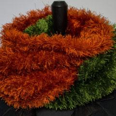 #268 Halb-halb-Fussel-Wickelschal rost-grün. Umfang 110 cm, Höhe 20 cm. 100% Polyester     65,-€