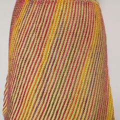 #491 Diagonal-Rock hellgrün und pinklilaorange. Umfang 66 cm, Länge 40 cm. hellgrün 100% Baumwolle, pinklilaorange 75% Schurwolle, 25% Polyamid     135,-€