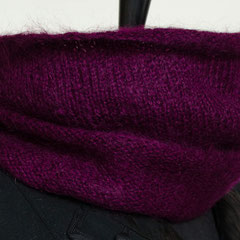 #56 Wickelschal Pflaume. Umfang 148 cm, Höhe 26 cm. 67% Mohair, 28% Wolle, 5% Polyamid     72,-€
