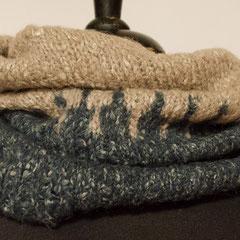 #470 Schlauchschal nachtblau-beige mit Muster. Umfang 56 cm, Höhe 41 cm. 68% Baumwolle, 32% Polyacryl     58,-€