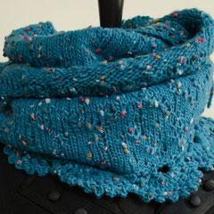 #1 Wickelschal/Rock türkis Tweed mit Häkelspitze. Umfang 124 cm, Höhe 32 cm. Wolle und Polyacryl     95,-€