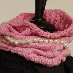 #100 Schlauchschal/Mütze pink mit Perlen. Umfang 48 cm, Höhe 36 cm. 100% Polyacryl     65,-€