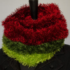 #270 rot-hellgrün-dunkelgrüner Fussel-Schlauchschal. Umfang 50 cm, Höhe 25 cm. 100% Polyester     42,-€