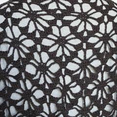 #250 Dreiecks-Häkeltuch anthrazit (Detail). 204 cm breit, 80 cm hoch. 50% Schurwolle, 50% Baumwolle     245,-€