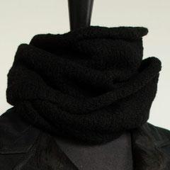 #20 Bouclé Wickelschal schwarz. Umfang 92 cm, Höhe 23 cm. 95% Schurwolle, 5% Synthetics     75,-€