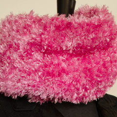 #80 Kuscheliger Wickelschal pink. Umfang 100 cm, Höhe 22 cm. 100% Polyester     75,-€