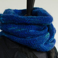 #32 Kobaltblauer Wickelschal. Umfang 118 cm, Höhe 29 cm. 38% Polyacryl, 23% Wolle, 20% Mohair, 19% Polyester     72,-€