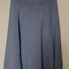 #478 Poncho gross, hellrauchblau mit Rollkragen. 82 cm lang, 400 cm Umfang. 51% Polyacryl, 49% Wolle     320,-€