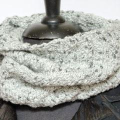 #257 Hellgrauer Schwarzknötchen-Schlauchschal. Umfang 60 cm, Höhe 39 cm. 65% Baumwolle, 35% Viskose     55,-€