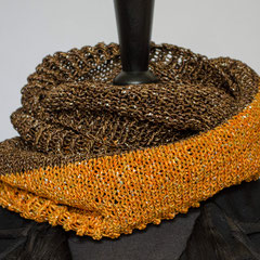 #266 Wickelsschal mit Glitzer braun-orange. Umfang 112 cm, Höhe 23 cm. 75% Baumwolle, 20% Viskose, 5% Lurex     65,-€