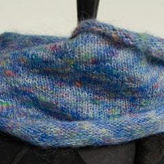 #21 blau-Regenbogen Wickelschal. Umfang 134 cm, Höhe 24 cm. Wolle, Mohair und Viskose     72,-€