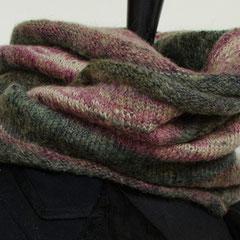 #59 Grün-roter Streifen-Wickelschal. Umfang 118 cm, Höhe 28 cm. 60% Acryl, 25% Wolle, 15% Mohair     85,-€