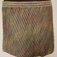 #486 Diagonal-Rock grau und rotlilagelb. Umfang 84 cm, Länge 31 cm. grau 55% Merino, 45% Polyacryl, rotlilagelb 40% Wolle, 20% Polyacryl, 20% Polyamid     135,-€