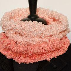 #355 Lachsfarbene und rosa Nöppchen-Schlauchschal. Umfang 54 cm, Höhe 40 cm. Viskose und Baumwolle     55,-€