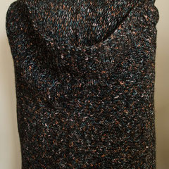 #113 Dreieckstuch mit Kapuze, schwarz mit Farbe, Chenille. 240 cm breit, 70 cm hoch (+Kapuze). 65% Polyacryl, 27% Wolle, 5% Polyamid, 3% Polyester     265,-€