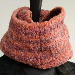 #27 Tweed-Bouclé-Wickelschal Rottöne. Umfang 104 cm, Höhe 20 cm. 100% Schurwolle     75,-€