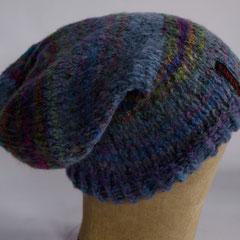 #157 Lange, blau-bunte Kuschelmütze. Umfang ~ 54 cm. 50% Wolle, 50% Dralon     48,-€