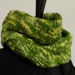 #43 Wickelschal in Grüntönen. Umfang 120 cm, Höhe 22 cm. 100% Polyamid     62,-€