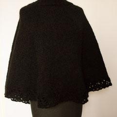 #479 Poncho schwarz mit Häkelkante, tellerförmig. 55 cm lang, 270 cm Umfang. 85% Polyacryl, 15% Mohair     220,-€