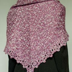 #286 Dreieckstuch mit Häkelborte lila-pink-weiss. 138 cm breit, 53 cm hoch. 40% Polyacryl, 33% Baumwolle, 27% Viskose     145,-€