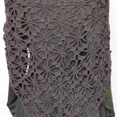 #250 Dreiecks-Häkeltuch anthrazit. 204 cm breit, 80 cm hoch. 50% Schurwolle, 50% Baumwolle     245,-€