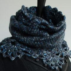 #39 Wickelschal/Rock mit Häkelborte blau-anthrazit. Umfang 112 cm, Höhe 40 cm. 50% Wolle, 50% Polyacryl     95,-€