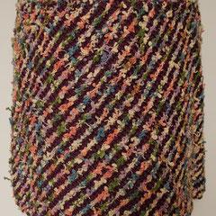 #493 Diagonal-Rock lila und pastellbunt. Umfang 86 cm, Länge 35 cm. lila 100% Polyester pastellbunt 100% Baumwolle     135,-€