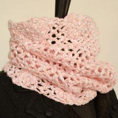 #94 Häkel-Schlauchschal rosa-weiss. Umfang 52 cm, Höhe 37 cm. 68% Baumwolle, 32% Polyamid     48,-€