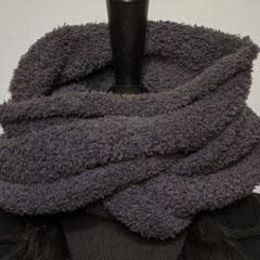 #278 Kuschel-Wickelschal grau. Umfang 108 cm, Höhe 18 cm. 100% Polyester     65,-€