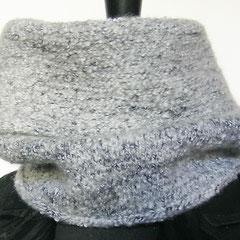#392 Schlauchschal gefilzt, grauweiss. Umfang 54 cm, Höhe 32 cm. Wolle und Viskose    88,-€