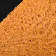 #302 Dreieckstuch mit Zopf, hellorange (Detail). 152 cm breit, 54 cm hoch. 60% Baumwolle, 20% Viskose, 20% Polyacryl     210,-€
