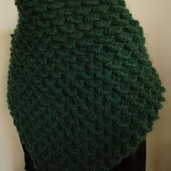 #112 Schuppen-Tuch tannengrün. 122 cm breit, 58 cm hoch. 68% Polyacryl, 16% Wolle, 16% Mohair     245,-€