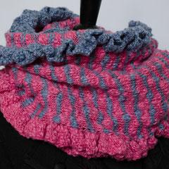 #248 Ringel-Rüschen-Wickelschal rosa-flieder. Umfang 104 cm, Höhe 30 cm. 68% Baumwolle, 32% Polyacryl     85,-€