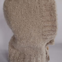 #126 Kapuzen-Schlauchschal mit Knöpfen aus Perlmutt. 50% Mohair, 50% Wolle.     75,-€
