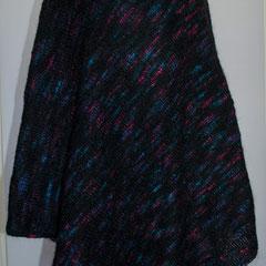 #297 Poncho mit Rollkragen, schwarz mit pink-grün-blau-violett. 115 cm hoch, 240 cm Umfang. 38% Polyacryl, 23% Wolle, 20% Mohair, 19% Polyester     285,-€