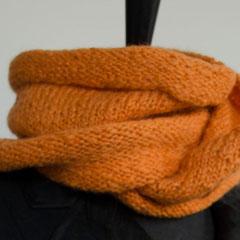 #35 Orangen-Wickelschal. Umfang 118 cm, Höhe 25 cm. 100% Schurwolle     85,-€