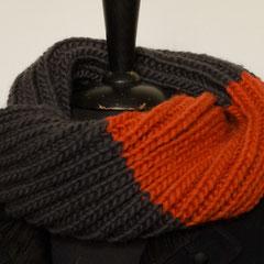 #351 Doppelt gedrehter grau-oranger Querpatent-Schlauchschal. Umfang 70 cm, Höhe 24 cm. 100% Schurwolle     48,-€