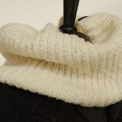 #91 Patent-Schlauchschal, weit und weiss. Umfang 66 cm, Höhe 27 cm. 47% Wolle, 47% Acryl, 6% Polyester     48,-€