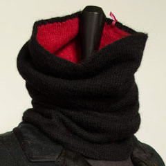 #95 Doppel-Schlauchschal rot-schwarz. Umfang  cm, Höhe  cm. 100% Alpaka     180,-€