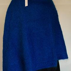 #123 Poncho mit Zopf und Rollkragen, königsblau. 100 cm lang, Umfang 200 cm. 67% Mohair, 28% Wolle, 5% Polyamid     320,-€