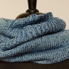 #458 Wickelschal blau mit Glanz. Umfang 112 cm, Höhe 19 cm. 77% Baumwolle, 23% Viskose     48,-€