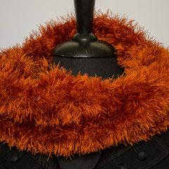 # 271 rostroter Fussel-Schlauchschal. Umfang 60 cm, Höhe 23 cm. 100% Polyester     42,-€