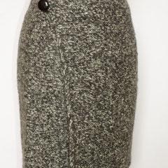 #539 Wickelrock Salz und Pfeffer gefilzt, mit Knopf und Druckknopf (ohne Gummizug!). Umfang 86 cm, Länge 50 cm. 100% Schurwolle     160,-€