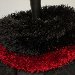 #269 schwarz-roter Fussel-Schlauchschal. Umfang 50 cm, Höhe 30 cm. 100% Polyester     42,-€