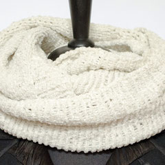 #253 Chenille-Wickelschal naturweiss. Umfang 134 cm, Höhe 36 cm. 100% Polyester     65,-€